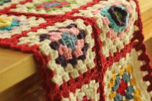 Coloridos tapetes a crochet para mesa 2 redondos