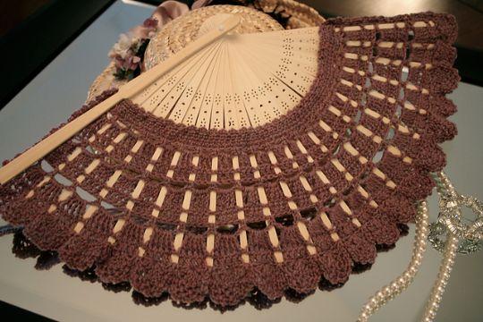 abanicos tejidos a crochet sobre madera u plastico
