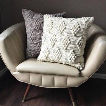 cojines cuadrados tejidos a crochet puntos relieve