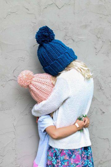 gorros tejidos a crochet para niñas con grandes pompones