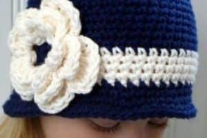 Bonitos gorros tejidos a crochet para niñas con 3 detalles