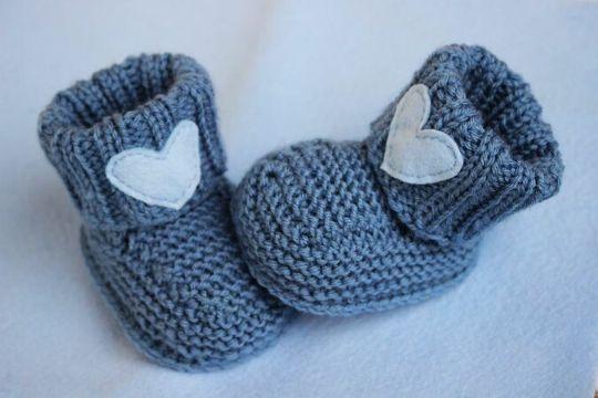 botitas de bebe a dos agujas con corazones de fieltro