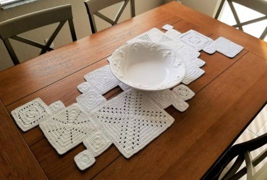 caminito de mesa a crochet con cuadros