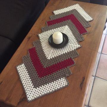 caminito de mesa a crochet flores en relieve