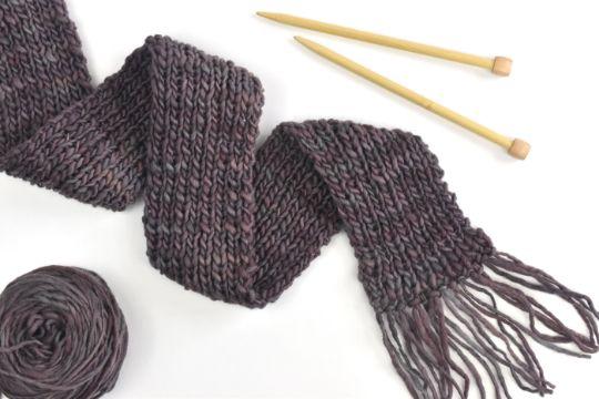 tejer bufanda en dos agujas con flecos