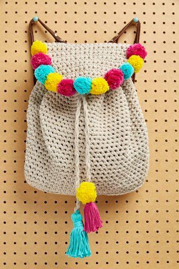 mochilas hechas a ganchillo con pompones