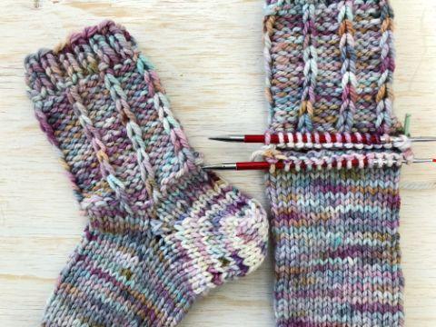 calcetines a dos agujas patrones tricolores