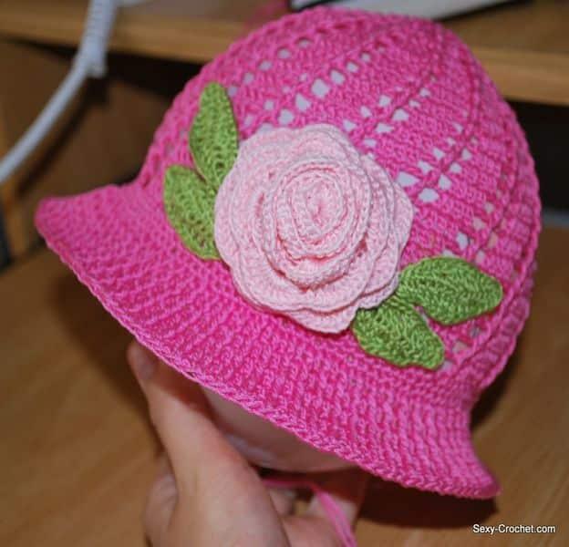 gorras tejidas a crochet con flores